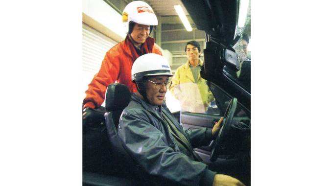 Toshihiko Hirai num protótipo do Miata durante a fase de testes