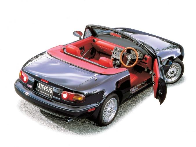 Eunos Roadster R Limited, uma das edições limitadas do Miata no Japão, vinha com interior vermelho, rodas BBS, volante e manopla de cambio Nardi de madeira
