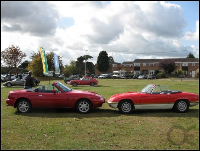 Detalhes como as maçanetas e a entrada de ar dianteira remetiam ao Lotus Elan, sem contar com as rodas inspiradas nas clássicas Minilite inglesas