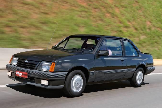 monza-classic-se-500-ef-modelo-1990-da-chevrolet-testado-pela-revista-quatro-ro1
